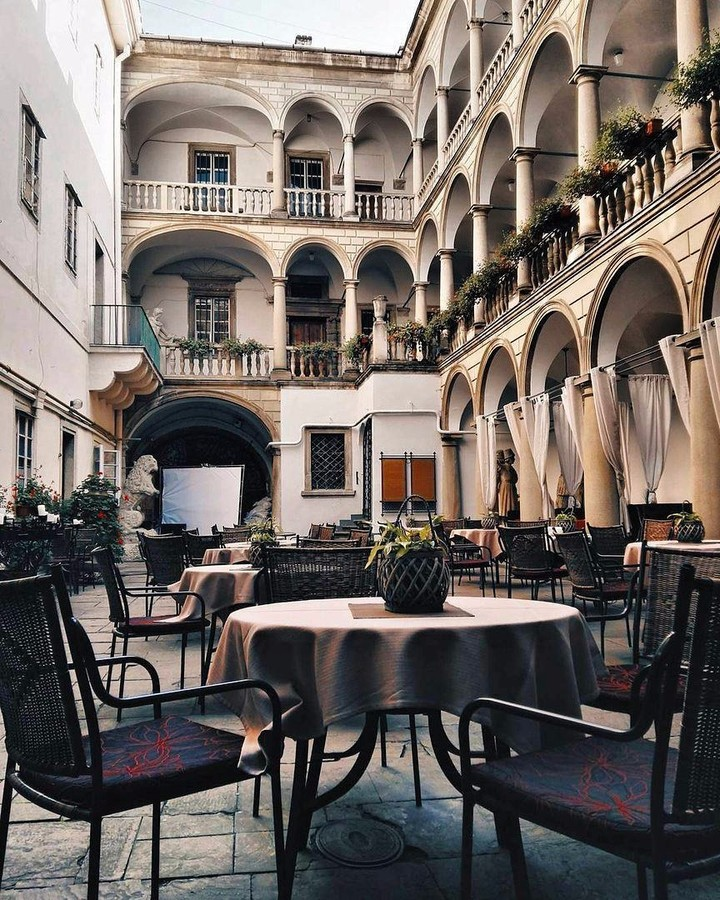 італійський дворик Львів
