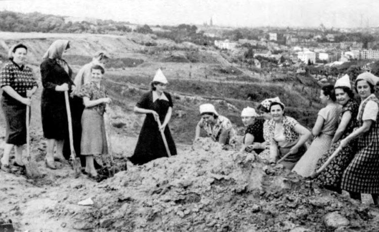 фото роботи з розчищення сміттєзвалища для спорудження майбутнього Парку культури. Фото 1950-1951 року Львів